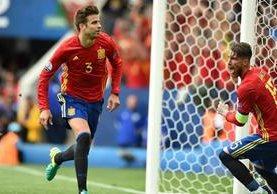 Gerard Piqué corre a celebrar el gol que significó el triunfo sobre España 1-0 frente a su compañero Sergio Ramos. (Foto Prensa Libre: AFP)