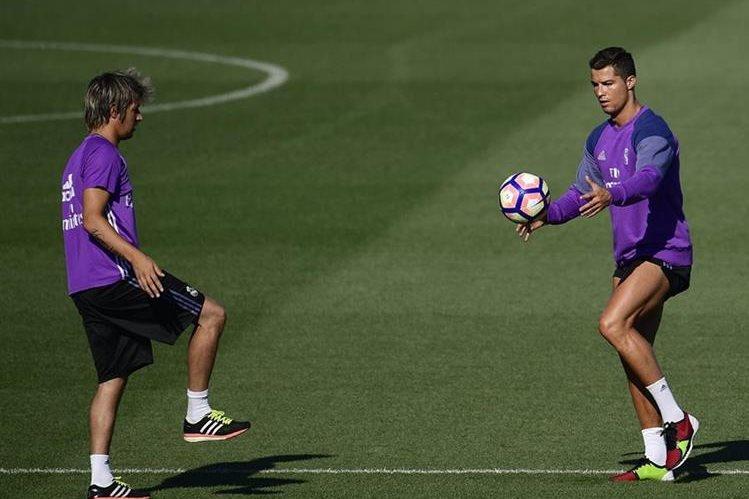 Cristiano Ronaldo ya se ejercitó con el Real Madrid, pero no estará para el duelo de mañana. (Foto Prensa Libre: AFP)