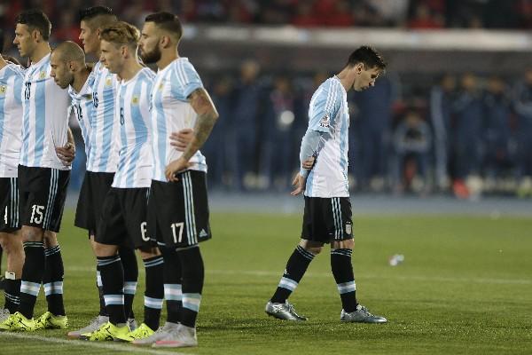 Messi lamenta el falló de Higuain. (Foto Prensa Libre: AP)