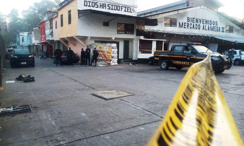 Localizan restos humanos a un costado del mercado Alameda 2, en la zona 18. (Foto Prensa Libre: Érick Ávila)