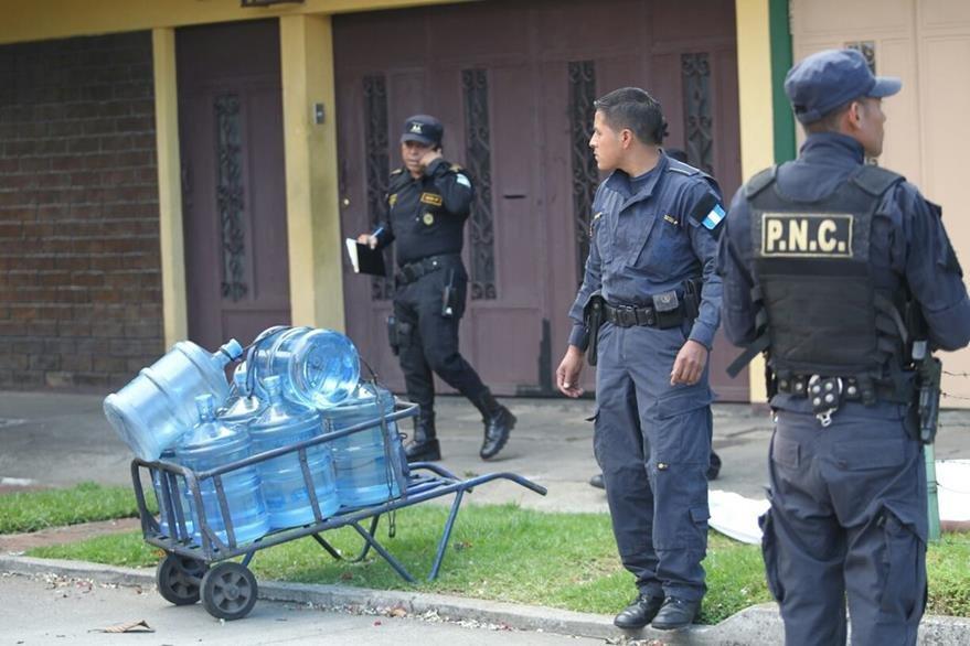 El trabajador asesinado a tiros vendía garrafones de agua potable de casa en casa, en La Reformita, zona 12. (Foto Prensa Libre: Érick Ávila)