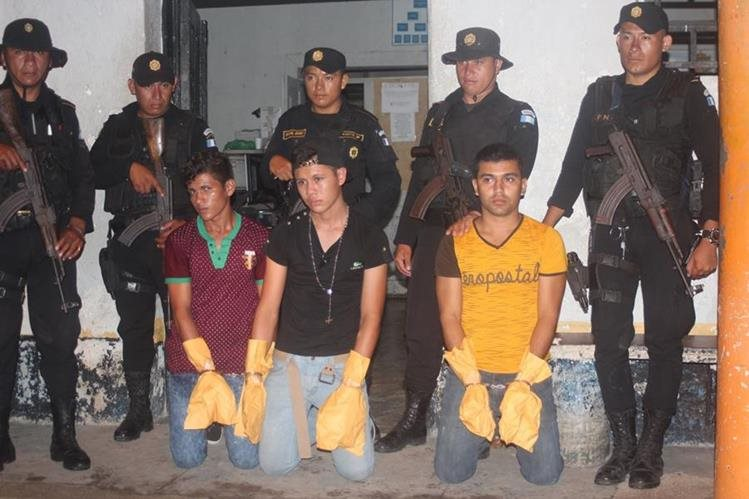 Tres de los capturados en San Benito, Petén, sindicados de haber ultimado a un hombre. (Foto Prensa Libre: Rigoberto Escobar)