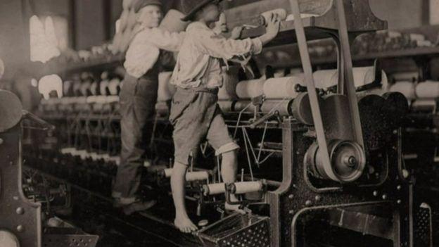 El peso y estatura de los niños les facilitaban la ejecución de ciertas labores. (Foto: Lewis Hines / Cortesía del Archivo Nacional de Estados Unidos)
