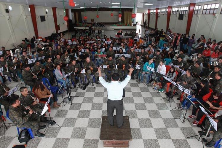 Ensayo del coro-orquesta Alaíde Foppa y la banda del Ejército, que hoy ofrecerán un concierto en el frontispicio del Palacio Nacional de la Cultura, a las 19 horas. (Foto Prensa Libre: Estuardo Paredes)
