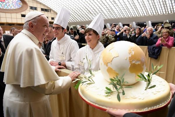 El Papa agradece por el pastel gigante que le obsequiaron durante audiencia general.(AFP).