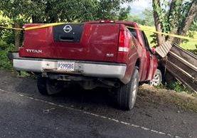 Picop en el que viajaban las dos personas que perdieron la vida en el accidente. (Foto Prensa Libre: Dony Stewart)