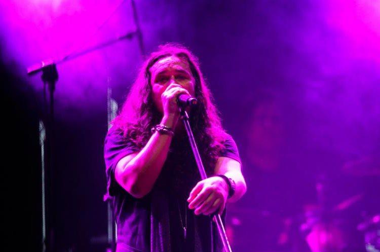 """Ugo Rodríguez, vocalista de la banda mexicana Azul Violeta, participa en la canción """"Vas a volver"""". (Foto Prensa Libre: Keneth Cruz)"""