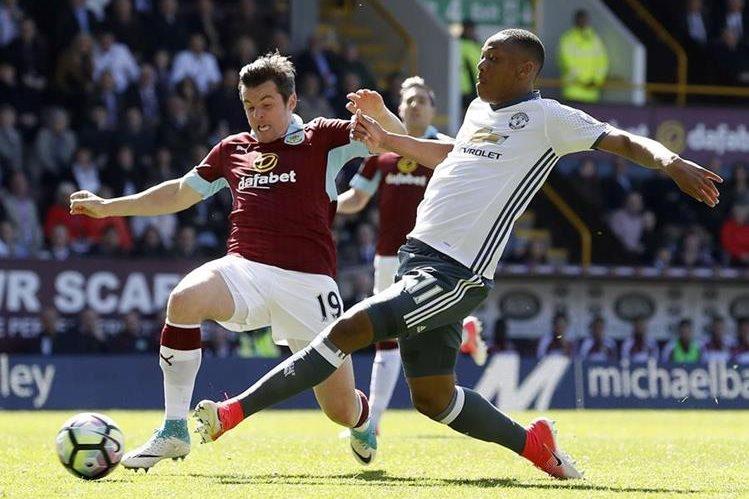 Joey Barton en acción frente Anthony Martial, en el partido del domingo recién pasado entre el Burnley y el Manchester United. (Foto Prensa Libre: AP)