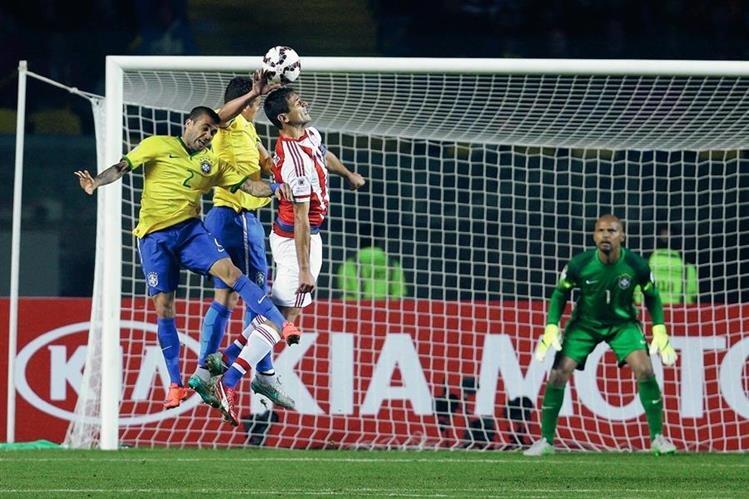 Thiago Silva provocó un penalti a favor de Paraguay lo que le costó el triunfo a Brasil. (Foto Prensa Libre: AP)