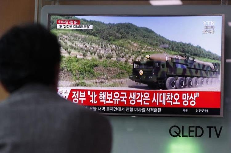 Corea del Norte disparó ayer un misil balístico hacia el mar del Este.(EFE).