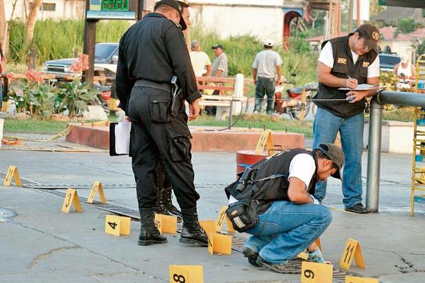 Peritos del  Ministerio Público encontraron 20 casquillos donde se produjo el ataque. (Foto Prensa Libre: Edwin Perdomo)