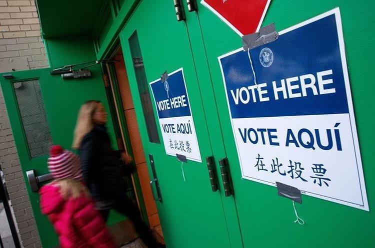 Las señales en los centros de votación están en varios idiomas.