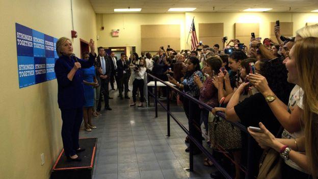 La selfie masiva fue sólo un instante de la visita de Hillary Clinton a Orlando, Florida. AFP / GETTY IMAGES