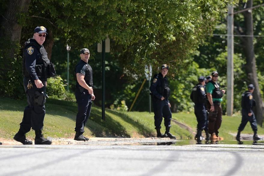 La fuerza policial de Nueva York se movilizó después de conocerse la fuga de los reos. (Foto Prensa Libre: AP).