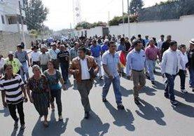 Cientos de vecinos, autoridades municipales y de gobernación participaron en la camina en contra de la generadora de energía eléctrica en Chimaltenango. (Foto Prensa Libre: Víctor Chamalé)