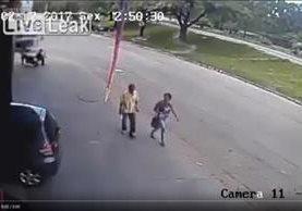 Captura del video del momento cuando el hombre es impactado por la llanta. YOUTUBE
