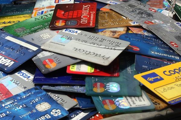 Muchas personas están endeudadas con tarjetas de crédito. (Hemeroteca PL)