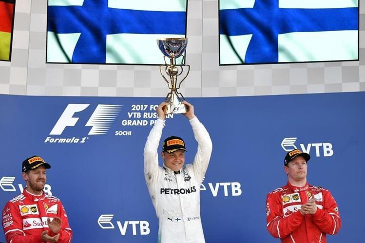 Valtteri Bottas muestra con mucha emoción el trofeo que lo acredita como el ganador del GP de Sochi. (Foto Prensa Libre: AFP)