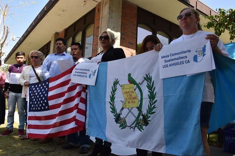 Un grupo de connacionales protestó frente al consulado de Guatemala en Los Ángeles, California, por la falta de pasaportes. (Foto Prensa Libre: EFE)