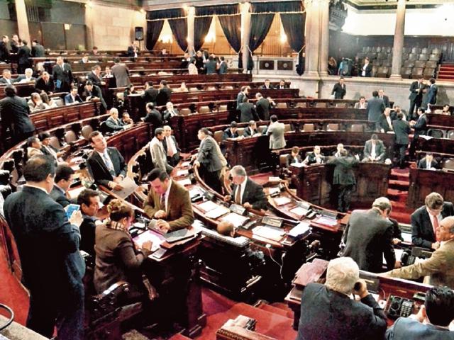 Entre bloqueos parlamentarios y bajo presión social, el Congreso aprobó, el 17 de noviembre de 2015, las reformas a la Ley de Contrataciones. (Foto Prensa Libre: HemerotecaPL)