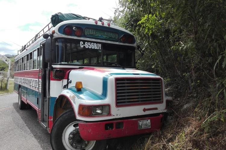 El bus de la empresa Transportes Unidos Jalapanecos quedo atravesado en la carretera. (Foto Prensa Libre: Hugo Oliva)