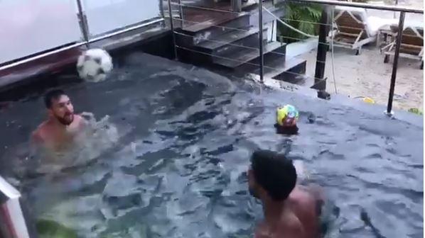 Lionel Messi y Luis Suárez demuestran sus habilidades con el balón en una pequeña piscina. (Foto Prensa Libre: Captura de Pantalla Instagram)