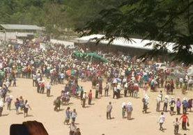 Escenario destrozado en Cuilco, Huehuetenango durante mitin de UNE. (Foto Prensa Libre: @peladerohuehue)