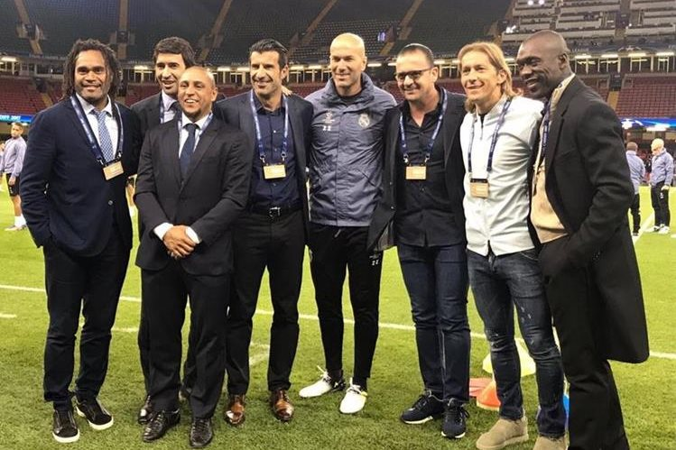 Zinedine Zidane posa con grandes leyendas del futbol en al cancha del estadio de Cardiff. (Foto Real Madrid).