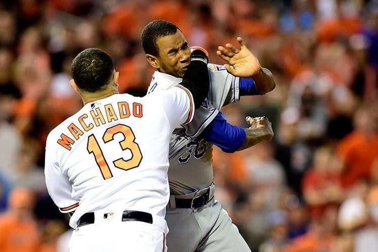 Manny Machado le pega un puñetazo a Yordano Ventura durante el encuentro de ayer. (Foto Prensa Libre: AFP)