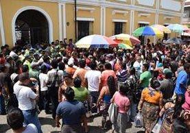 Vendedores permanecen frente a la comuna de Escuintla, para rechazar decisión de comuna. (Foto Prensa Libre: Enrique Paredes).