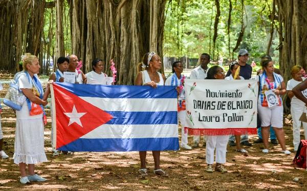 <em>Las Damas de Blanco protestan contra la reapertura de la embajada de EEUU en Cuba.</em>