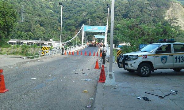Puente El Jobo, en la frontera de Jutiapa, Guatemala - El Salvador, recibe mantenimiento por autoridades salvadoreñas. (Foto Prensa Libre: Provial)