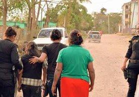 Las dos menores embarazadas rescatadas en Nueva Santa Rosa, Santa Rosa. (Foto Prensa Libre: Oswaldo Cardona)