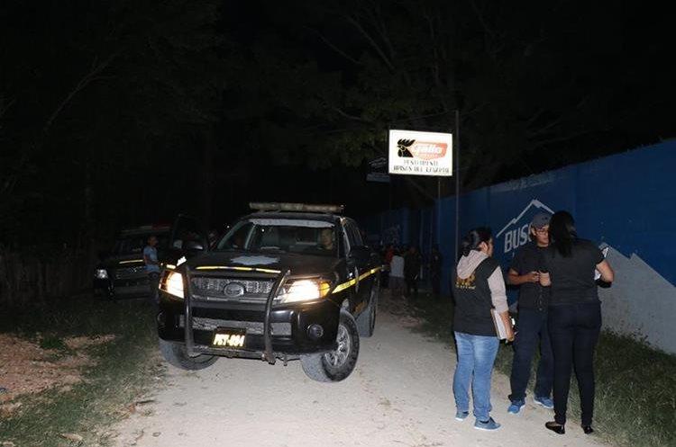 La PNC y el MP llegaron al lugar para recabar evidencias del triple crimen. (Foto Prensa Libre: Rigoberto Escobar).