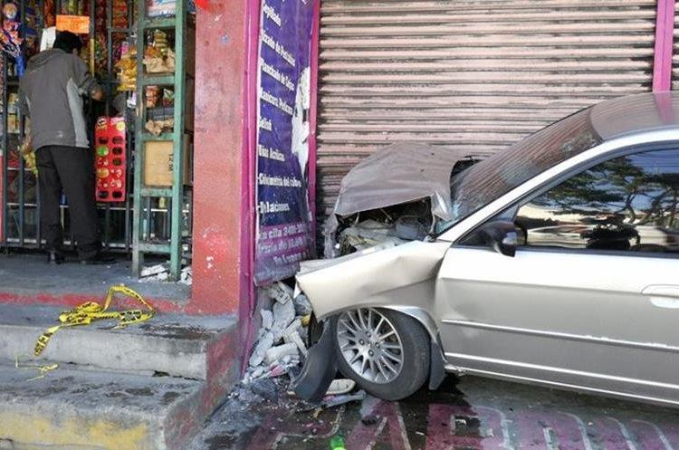 Murió el piloto del vehículo que colisionó contra una pared en el bulevar Tulam Tzu, zona 4 de Mixco. (Foto Prensa Libre: Érick Ávila)