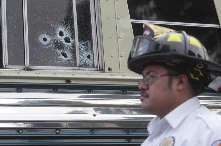 Las perforaciones de bala quedaron como evidencia de un ataque contra el piloto de un autobús que se dirigía a la Antigua. (Foto Prensa Libre: Hemeroteca PL)