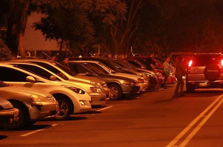 La escasez de estacionamientos provoca que los estudiantes dejen sus automóviles en carriles de circulación y limitan las vías. (Foto Prensa Libre: Estuardo Paredes)