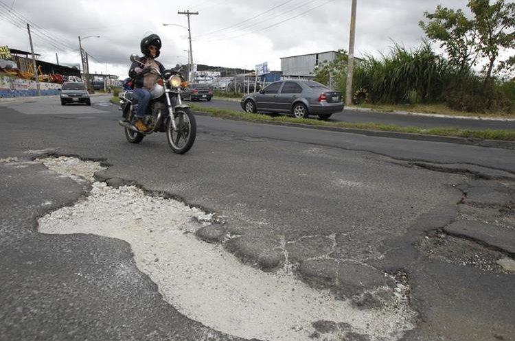 Em la 16 calle, Bulevar Tulam Tzu, Zona 04, Mixco, Guatemala, se encuentran grandes baches en el asfalto.   Fotografía: Paulo Raquec