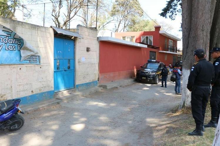 Agentes de la PNC efectúan una inspección en la escuela donde tres niños estudian, quienes fueron reportados desaparecidos. (Foto Prensa Libre: Carlos Ventura)