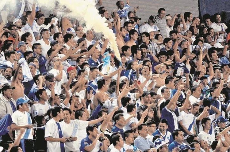 Los seguidores de la Azul y Blanco vivieron con alegría el triunfo 2-0 a Estados Unidos el 25 de marzo de 2016. (Foto Prensa Libre: Hemeroteca PL)