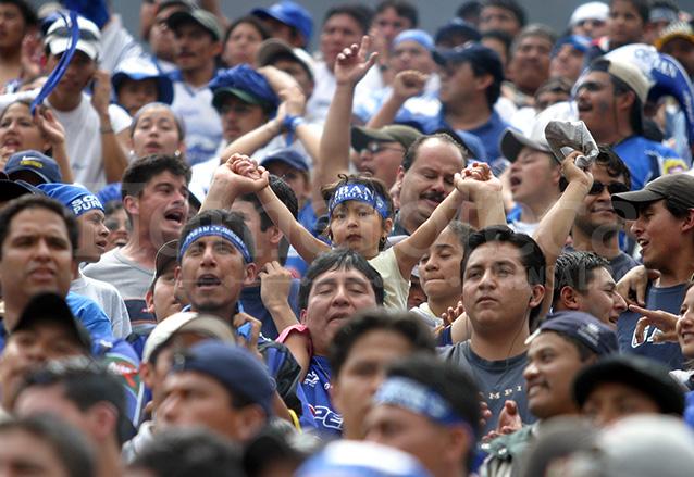 Los cobaneros sufrieron con su equipo, pero al final celebraron. (Foto: Hemeroteca PL)