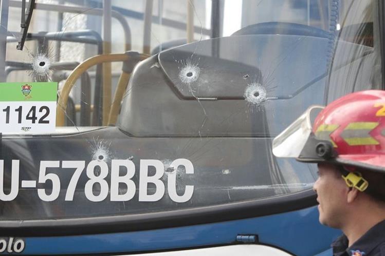 Varias perforaciones de bala quedaron en distintas partes del bus. (Foto Prensa Libre: Erick Ávila)