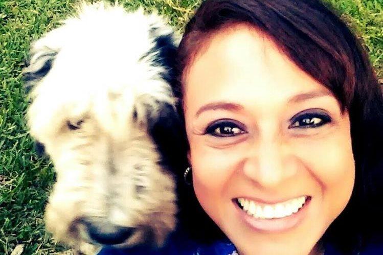 Dilia Carolina Teos Figueroa posa junto a su perro. Era un rescatista de animales.(Foto Prensa Libre: Facebook)