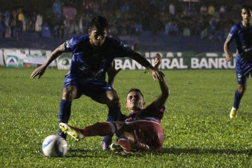 COBÁN, ALTA VERAPAZ - Mafre Icuté, de Cobán Imperial, disputa el balón con un defensa de Xelajú. Foto Prensa Libre: Eduardo Sam Chun