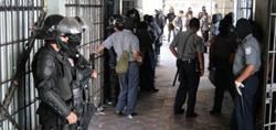 Autoridades salvadoreñas aumentan la seguridad dentro y fuera de centros penitenciarios. (AP).