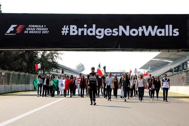 El piloto mexicano Checo Pérez promueve en redes sociales la campaña #BridgesNotWalls. (Foto Prensa Libre: Twitter GP de México)