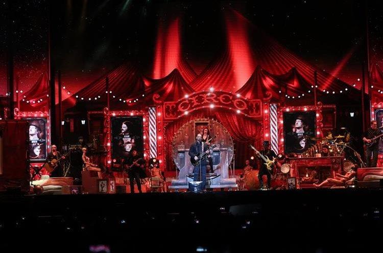 La panorámica muestra los detalles del escenario utilizado durante la gira Circo Soledad