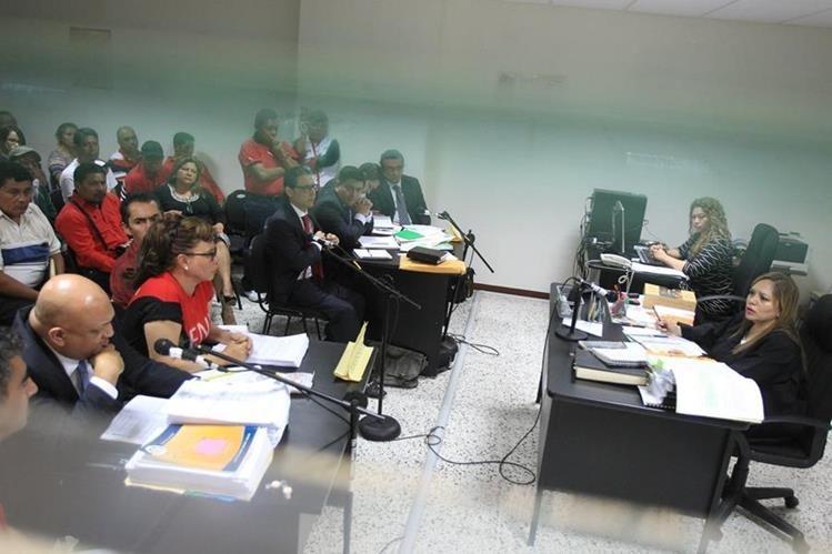 Sindicalistas del Frente Nacional de Lucha (FNL) en audiencia judicial, sobre el pacto colectivo (Foto Prensa Libre: Hemeroteca)