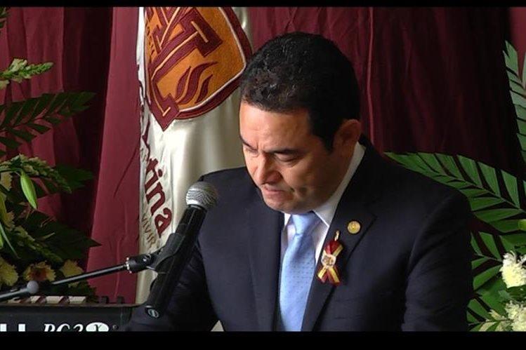 El presidente Jimmy Morales asistió al servicio funerario de Virgilio Zapata Arceyuz, fundador del Instituto América Latina, donde lloró, pero no dio declaraciones. (Foto Prensa Libre: Guatevisión)
