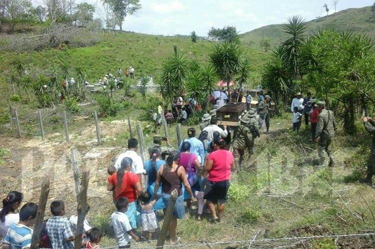 Soldados llevan féretro del niño Julio Alvarado, cuyos restos son inhumados en el cementerio de Melchor de Mencos, Petén. (Foto Prensa Libre: Rigoberto Escobar)